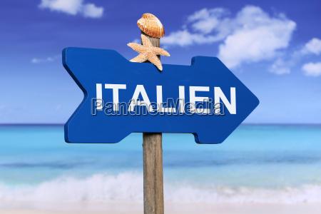 italia con playa y mar de