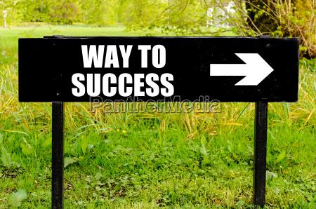 camino al exito escrito en senyal