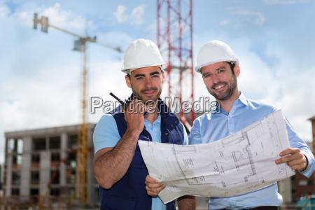 ingeniero y trabajador mirando el plano