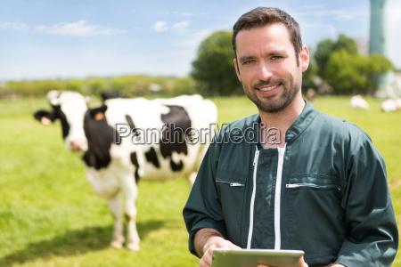 retrato de un joven granjero atractivo