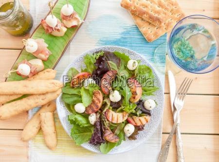 ensalada fresca con duraznos a la