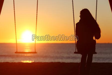 mujer soltera sola balanceandose en la