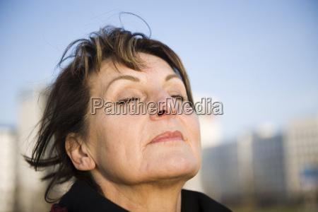 mujer es respiracion profunda