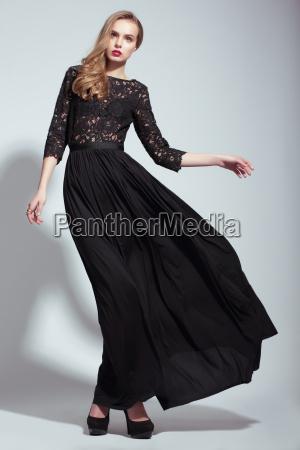 elegancia modelo de moda joven en