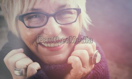 mujer risilla sonrisas cara diversion alegria