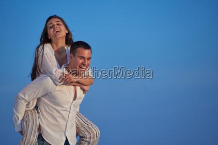 feliz pareja romantica joven divertirse arelax