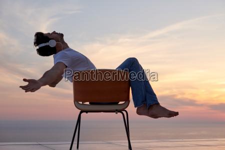 hombre joven relajado en casa en