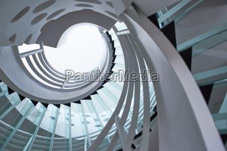 escalera de caracol de cristal moderno