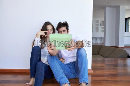 pareja en el hogar moderno con