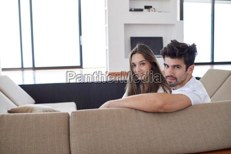 feliz joven pareja romantica divertirse unarelajarse