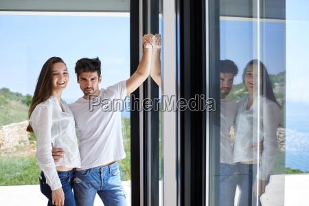 pareja joven relajado en la escalera