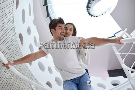 relajado yung pareja en casa escaleras