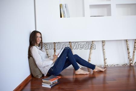 relajado mujer joven en su casa