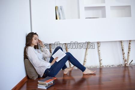 relajado joven en casa trabajando en