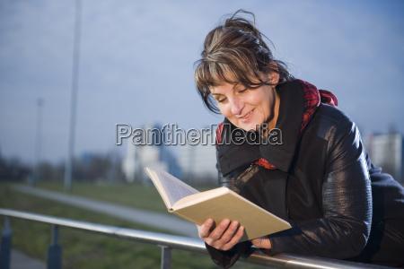 leer en la barandilla