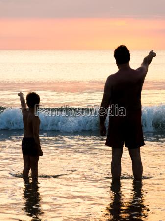 silueta de padre e hijo frente