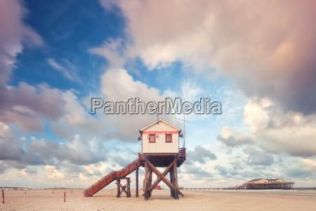 stilt house en el mar del