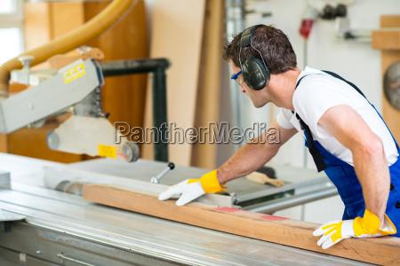 trabajador dos en taller usando la