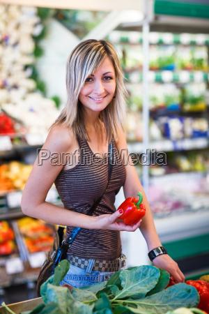 hermosa mujer joven la compra de