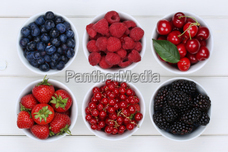frutas de bayas en tazon con