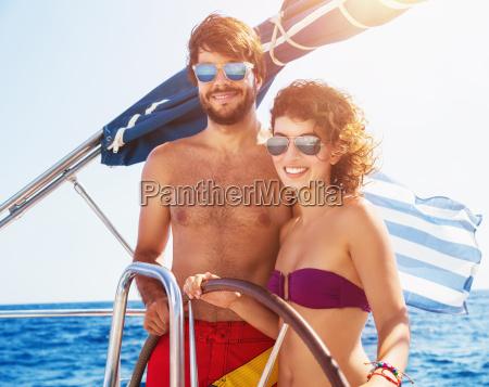 alegre pareja conducir velero