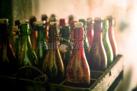 viejas botellas de cerveza en una