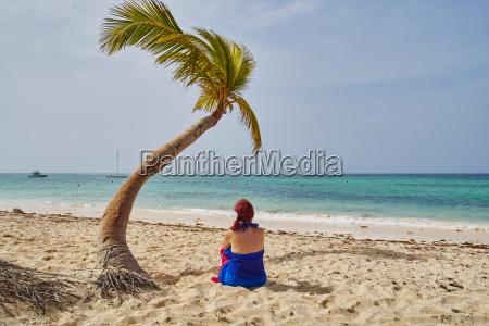 mujer palmera pelirrojo coco republica sentarse