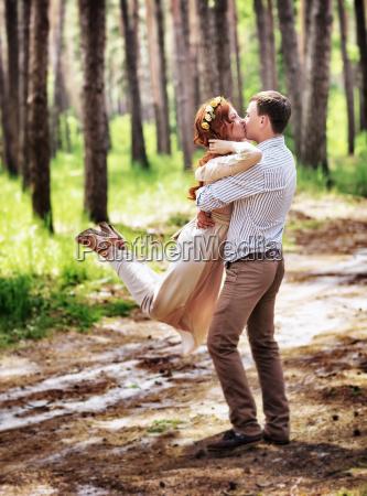 feliz pareja en el bosque