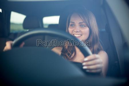adolescente lindo conduciendo su coche nuevo
