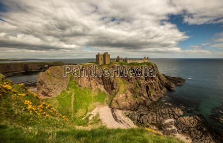 ruina empinada costa escocia acantilado castillo