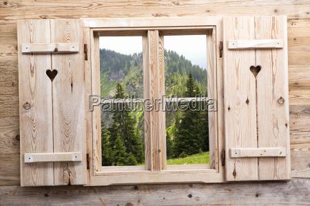 ventana de madera con reflejos de