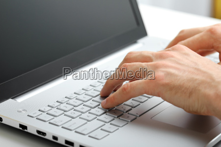 manos escribiendo en el teclado del
