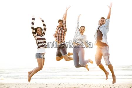 los amigos saltan