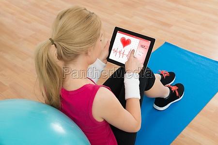mujer mirando ritmo cardiaco pulso en