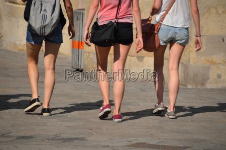 tres jovenes maedchs caminan por la