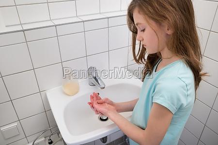 chica lavarse las manos en el