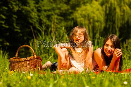 madre e hija en un picnic