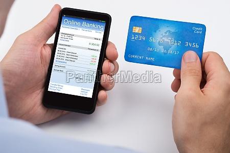 persona con tarjeta de credito y