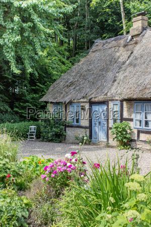 bonita casa con entramado de madera