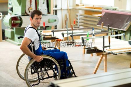 trabajador en silla de ruedas en