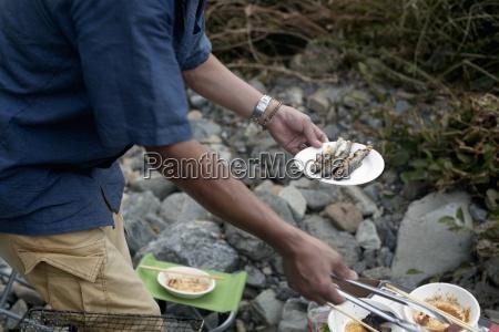 hombre que sostiene un plato de