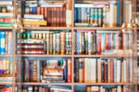 fondo desenfocado de libros en biblioteca