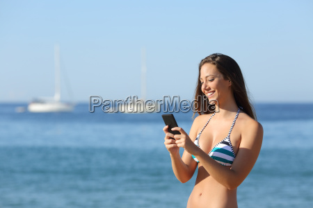 chica de sol usando un telefono