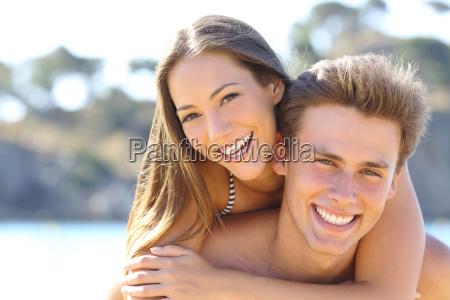 pareja con sonrisa perfecta posando en