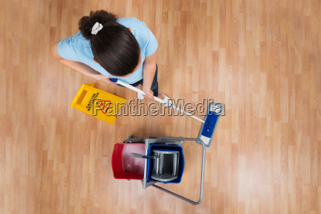 mujer mopping floor