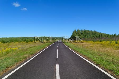 carretera de asfalto rural con marcas