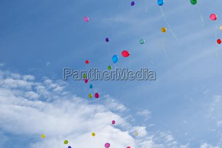 tres globos multicolor vuelan en el