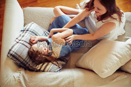 jugar en el sofa