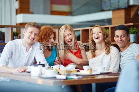 riendo en el cafe