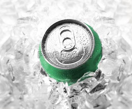 soda verde en el hielo